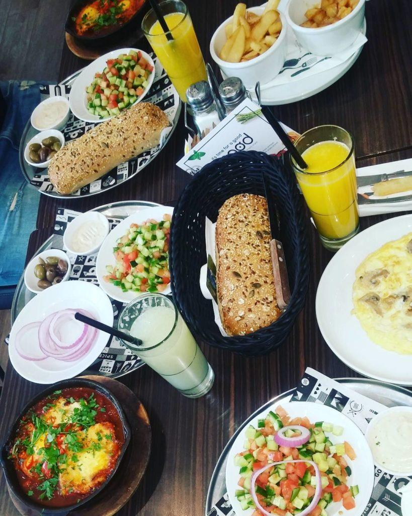 קפה קפה יגאל אלון ארוחת בוקר ישראלית